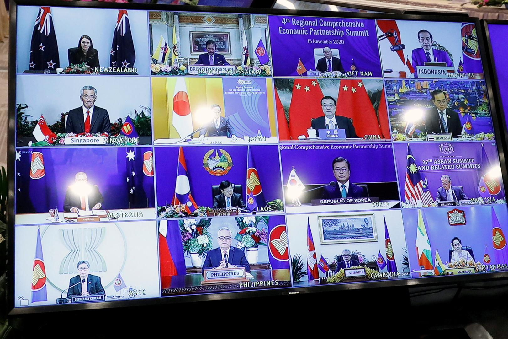 قادة الآسيان يظهرون على شاشة أثناء حضورهم قمة في هانوي، فيتنام، 15 نوفمبر 2020