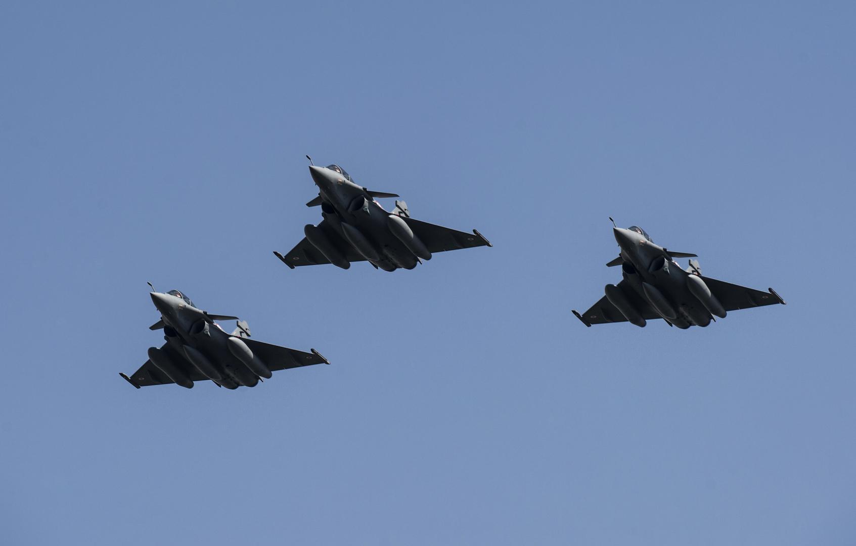 المقاتلات المصرية تدمر 21 عربة دفع رباعي على الحدود مع ليبيا