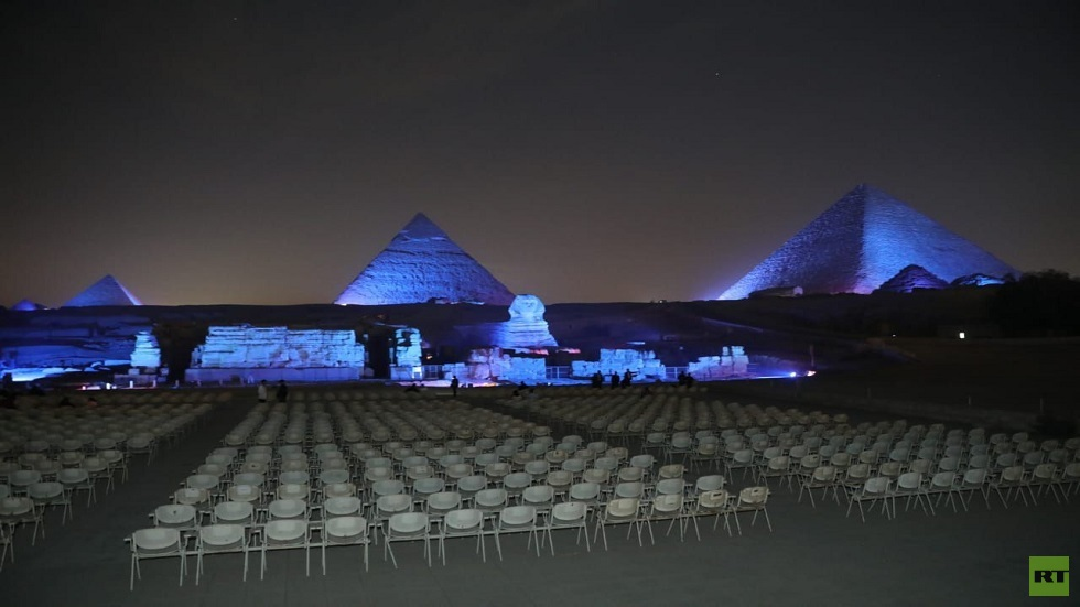إضاءة الأهرامات باللون الأزرق تزامنا مع اليوم العالمي لحقوق الإنسان