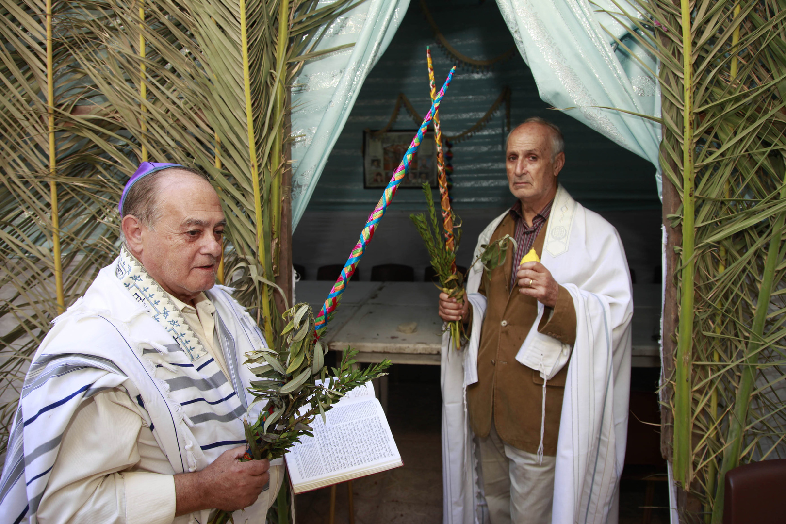 يهود المغرب في كنيس بالرباط.
