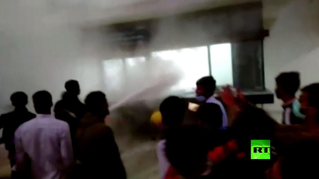 مشاهد من الهند.. أعمال شغب في مصنع آيفون والشرطة تتدخل بعنف