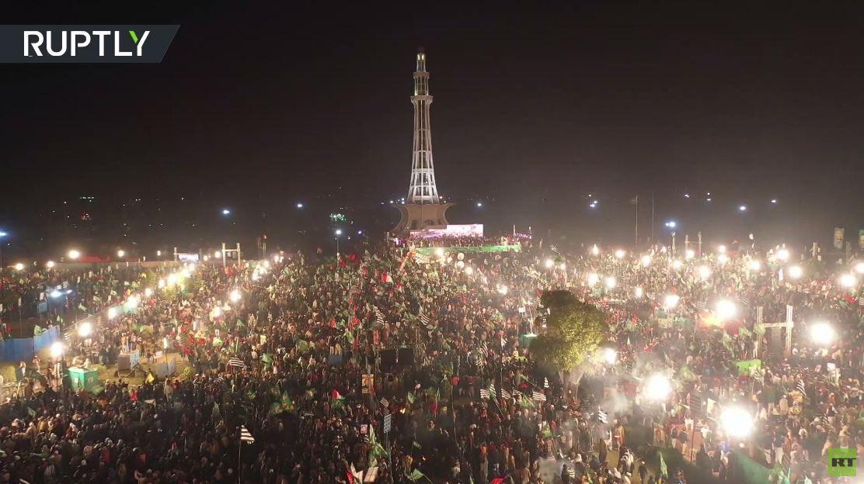 عشرات الآلاف يشاركون في مظاهرة ضد حكومة عمران خان في لاهور رغم قيود كورونا
