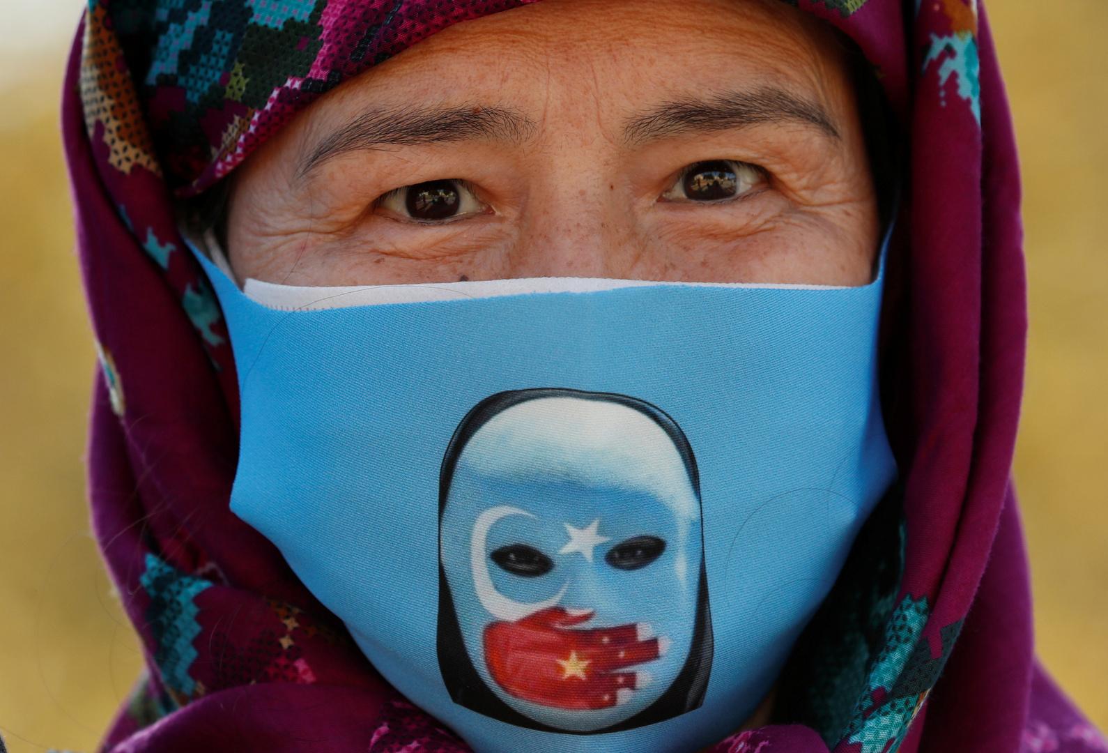 متظاهرة من طائفة الأويغور يشاركون في احتجاج ضد الصين