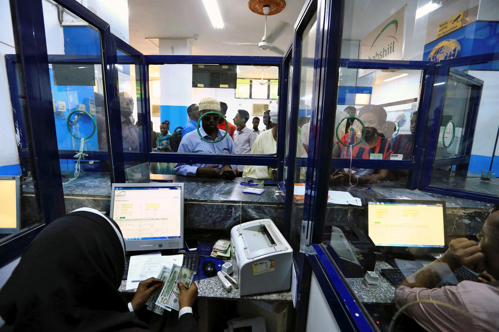 أمينة صندوق في مكتب تحويل أموال في الخرطوم بالسودان