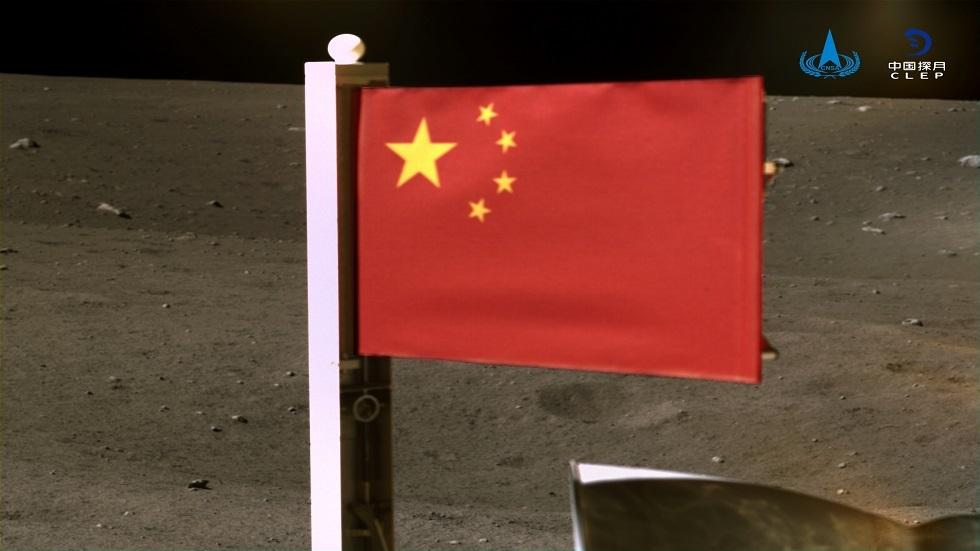 المسبار تشانغ إيه – 5 ينشر العلم الصيني على سطح القمر