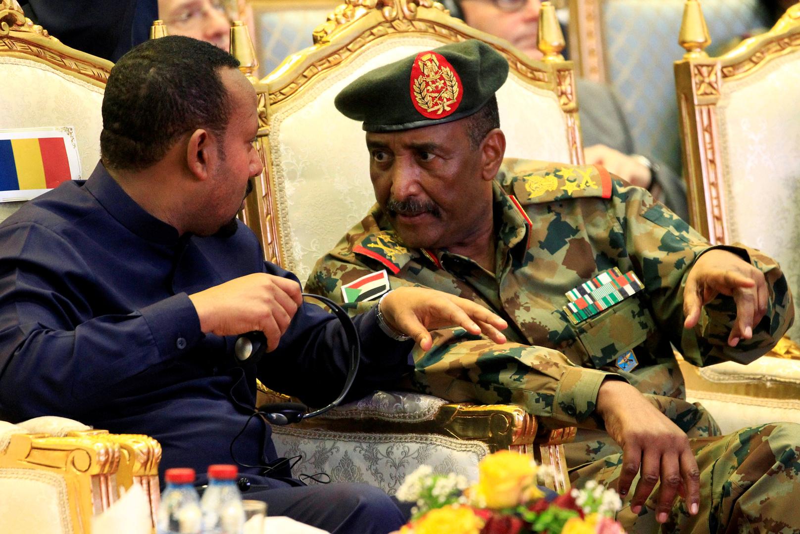 رئيس مجلس السيادة الانتقالي السوداني عبد الفتاح البرهان خلال اجتماع مع رئيس وزراء إثيوبيا أبي أحمد - صورة أرشيفية