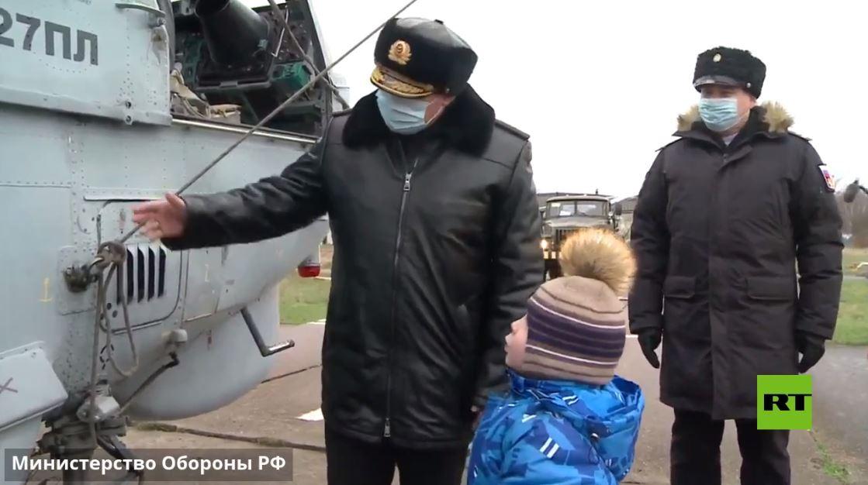 بالفيديو.. هدية مذهلة من الدفاع الروسية لطفل صغير