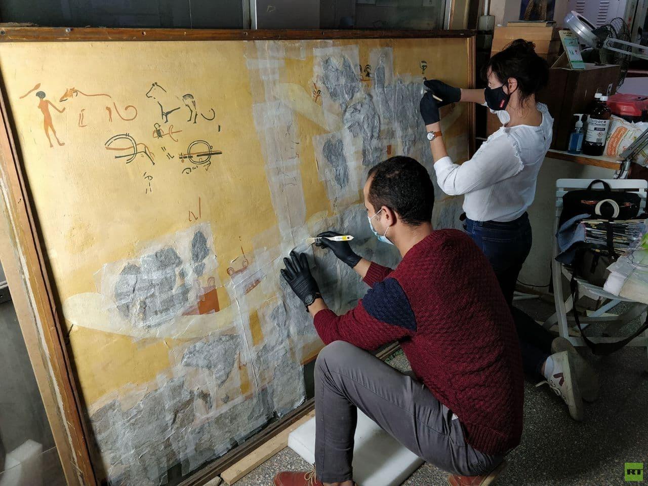 ترميم رسم جداري الخاص بالمقبرة رقم 100 بمنطقة الكوم الأحمر والموجودة بالمتحف المصري بالتحرير