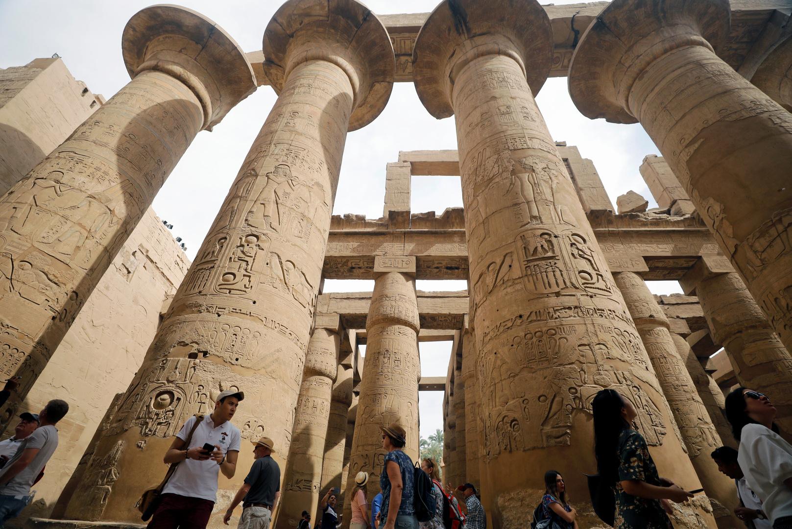 مصر.. ظاهرة تعامد الشمس على قدس الأقداس تجذب السياح والمواطنين