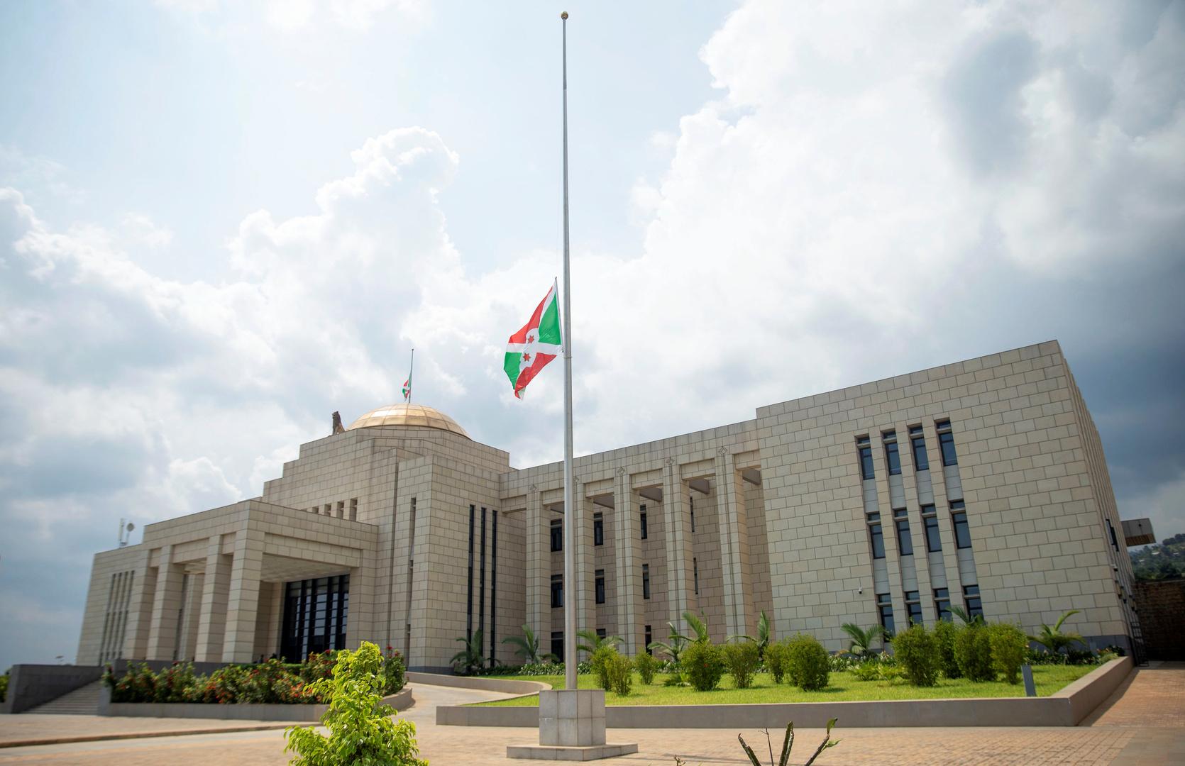 العلم الوطني البوروندي يرفرف على نصف الصاري