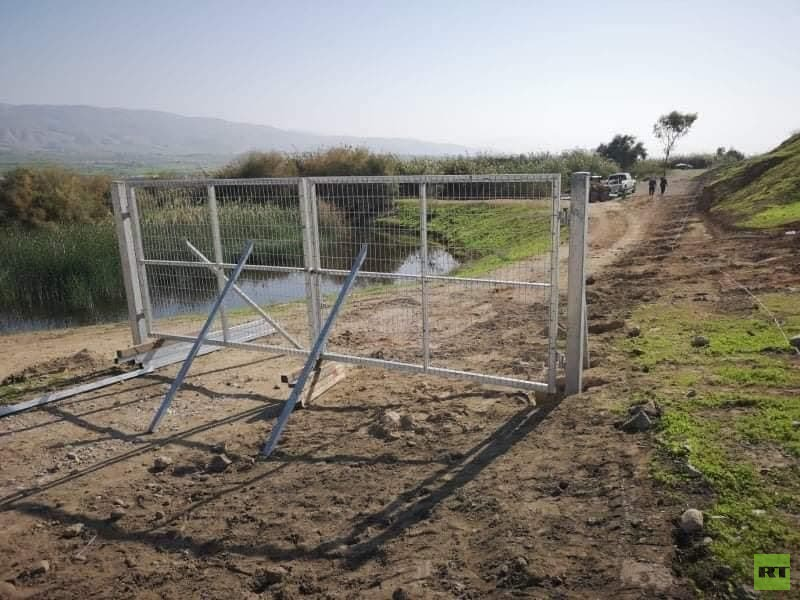 المستوطنون يغلقون الشوارع ويحطمون مركبات فلسطينية بالضفة الغربية