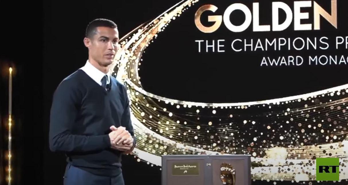 رونالدو يتسلم جائزة القدم الذهبية 2020
