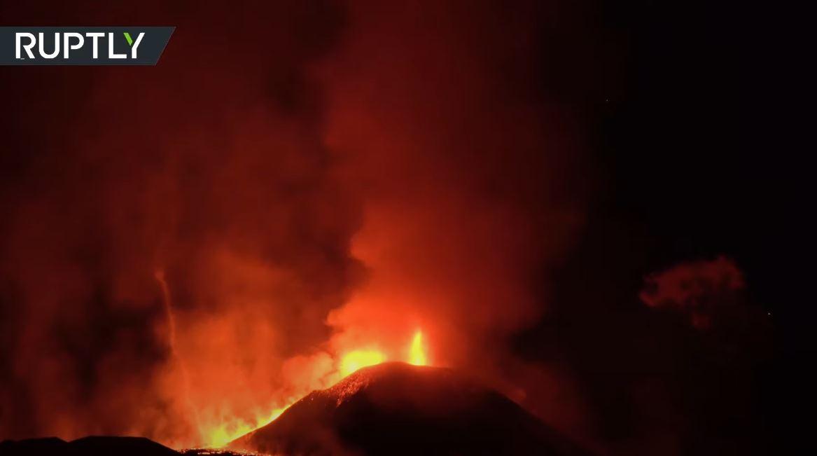 أكبر بركان نشط في أوروبا يقذف الحمم ويضيء سماء صقلية