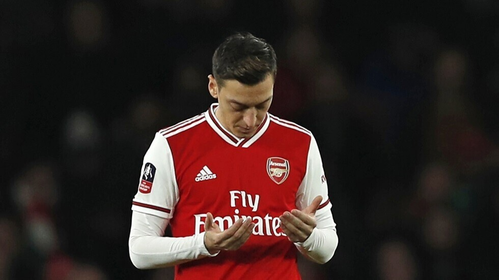 Lineker comments sarcastically on Arsenal's crushing defeat, defending Ozil
