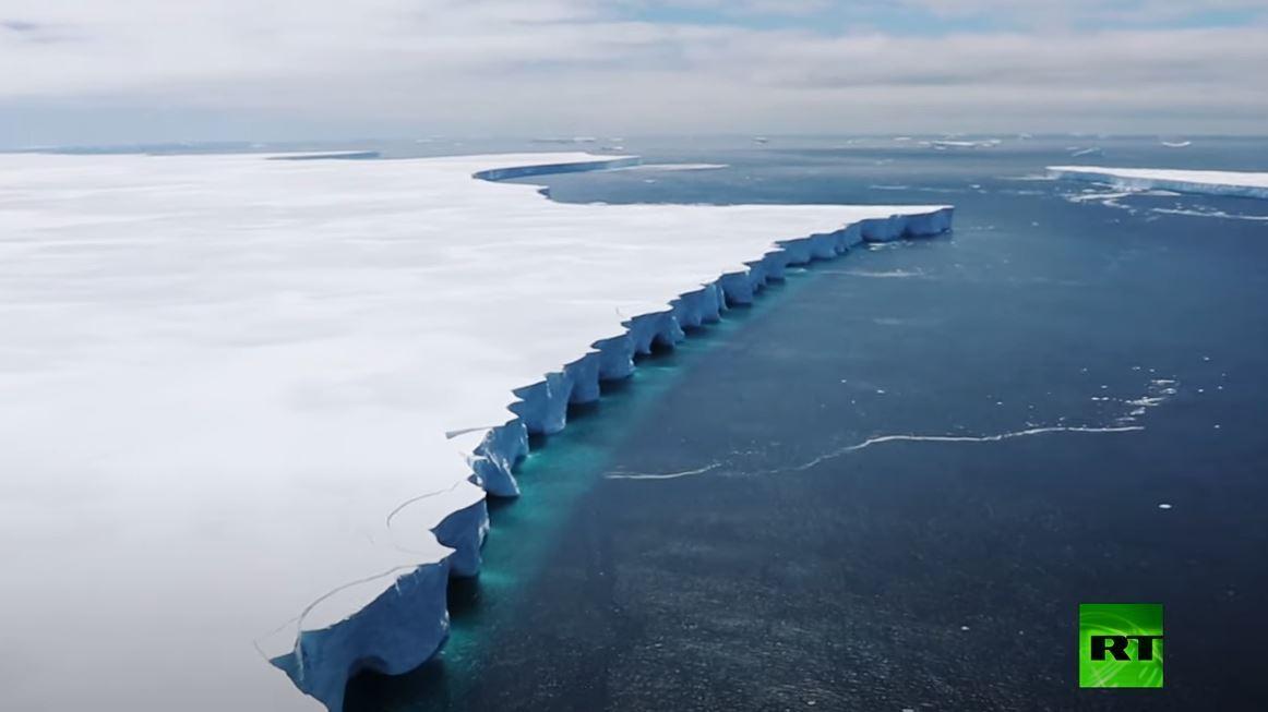 طائرة سلاح الجو البريطاني تصور قطعة جليدية جديدة بعد انقسام أكبر جبل جليدي عائم