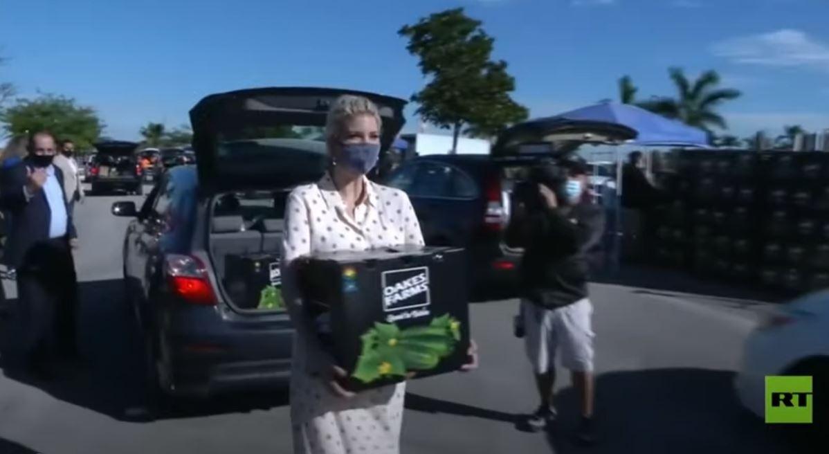 إيفانكا ترامب توزع الطعام على المحتاجين في فلوريدا