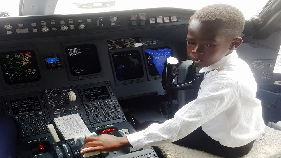 مثله الأعلى إيلون ماسك.. صبي في السابعة يبهر أوغندا بمواهبه في الطيران (صور+فيديو)