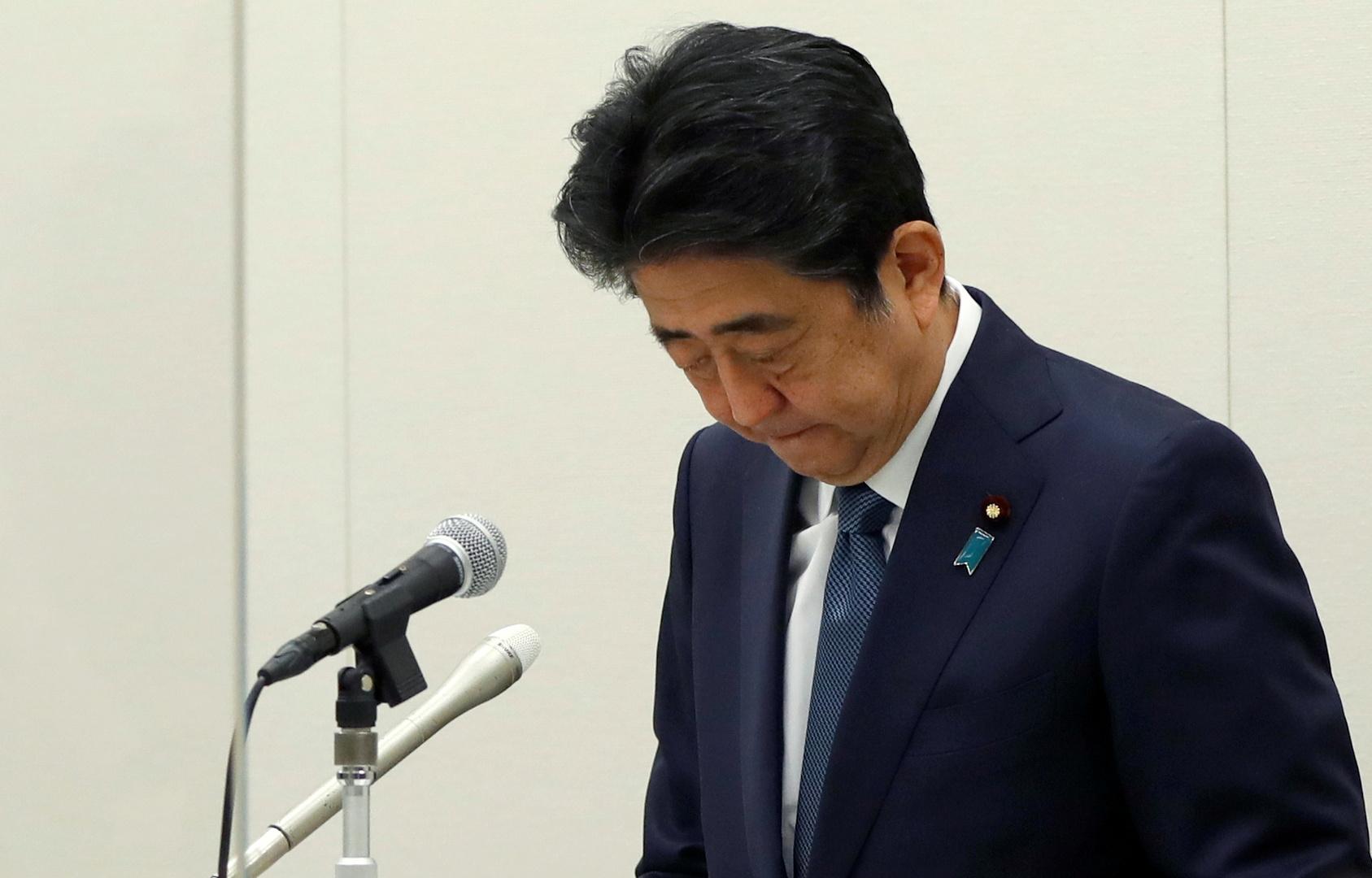 رئيس الوزراء الياباني الأسبق شينزو آبي يعقد مؤتمرا صحفيا في طوكيو