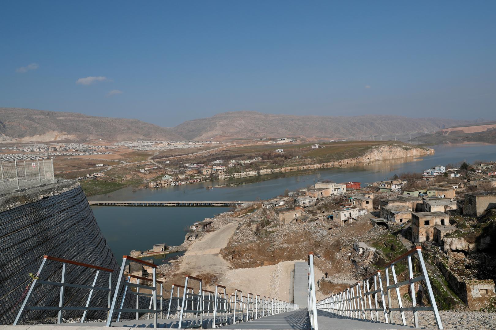 جانب من سد إليسو التركي على نهر دجلة وقرية حسنكيف التي تمت إزالة جزء منها بسبب إقامة المنشأ.