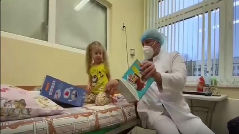 لوكاشينكو يحمل الهدايا للأطفال في مستشفى للأمراض المعدية