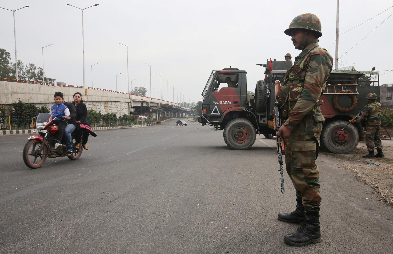 جندي من الجيش الهندي يقوم بالحراسة