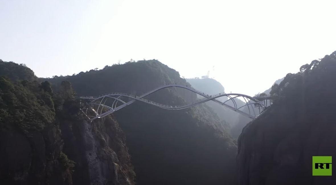 الصين تفتتح جسرا من طابقين يربط بين منحدرين