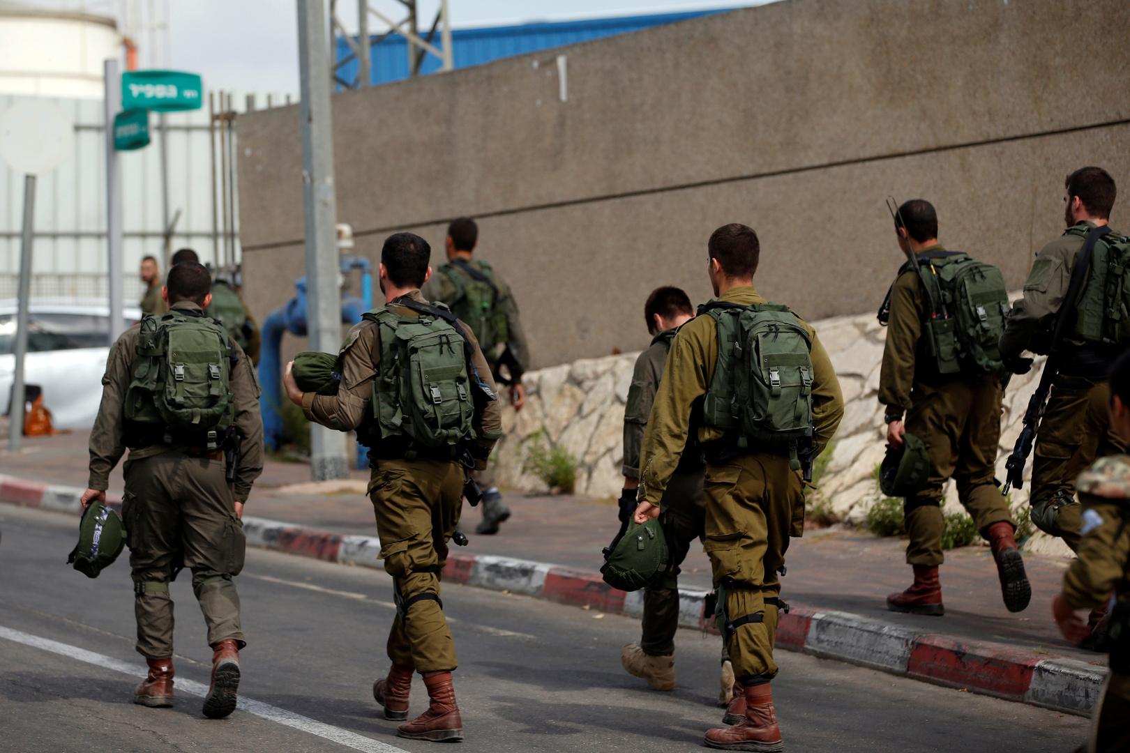 بالفيديو.. جندي إسرائيلي يسرق علبة سجائر من متجر فلسطيني