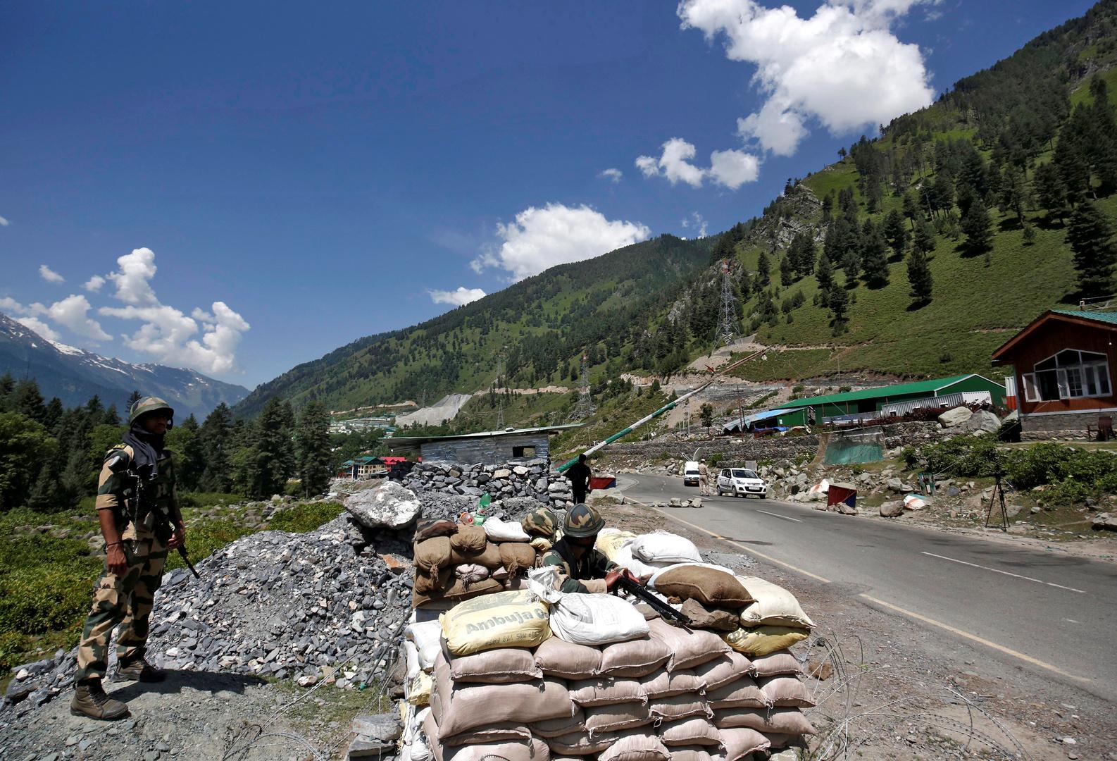 جنود قوات الأمن الهندية يقفون عند نقطة تفتيش على طول الطريق السريع المؤدي إلى لاداخ  في جاجانجير بالهند