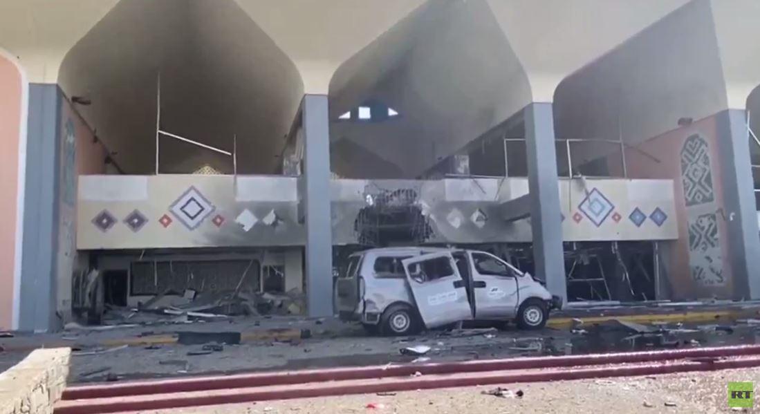 المشاهد الأولى من مطار عدن بعد انفجار تزامن مع هبوط طائرة تقل الحكومة اليمنية الجديدة