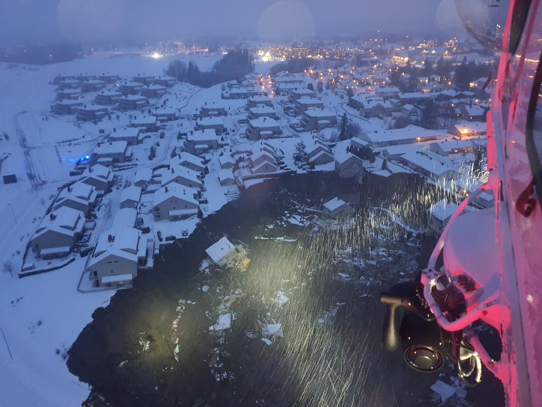 إصابة 10 أشخاص وفقدان 12 في انهيار أرضي بمنطقة سكنية بالنرويج