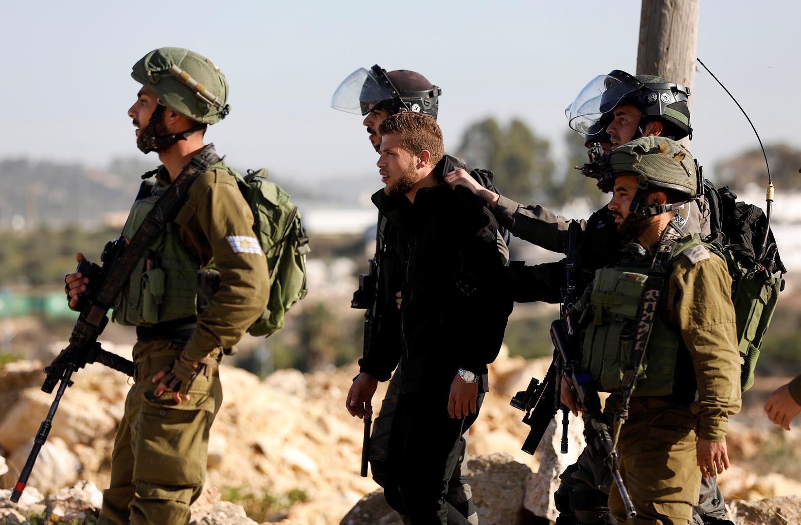 تقرير: 4400 معتقل فلسطيني في السجون الإسرائيلية منهم 170 طفلا