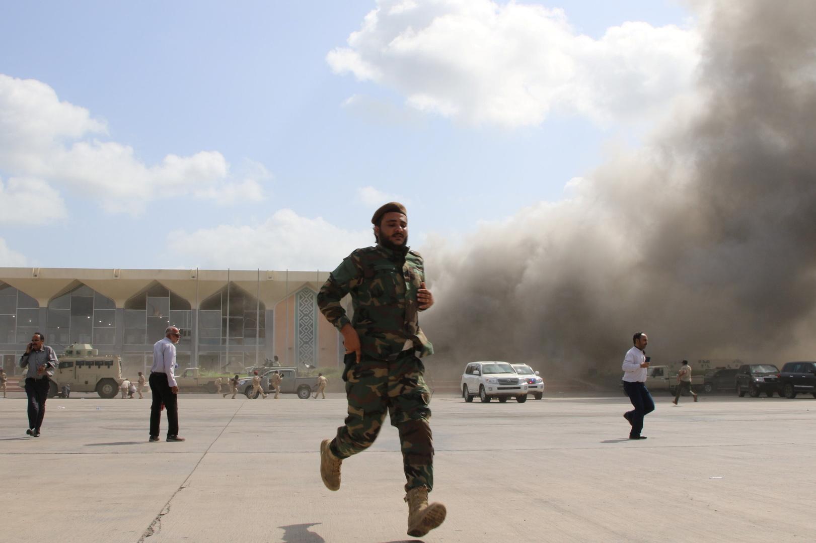 حكومة هادي تحمّل إيران مسؤولية قصف مطار عدن