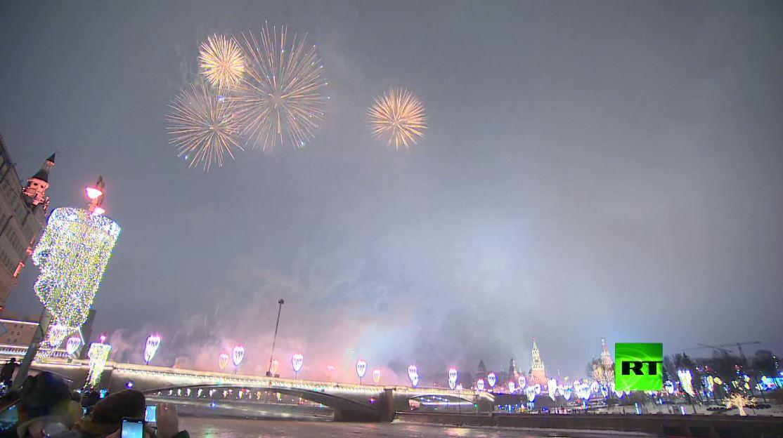 ألعاب نارية وسط موسكو بمناسبة حلول العام الجديد