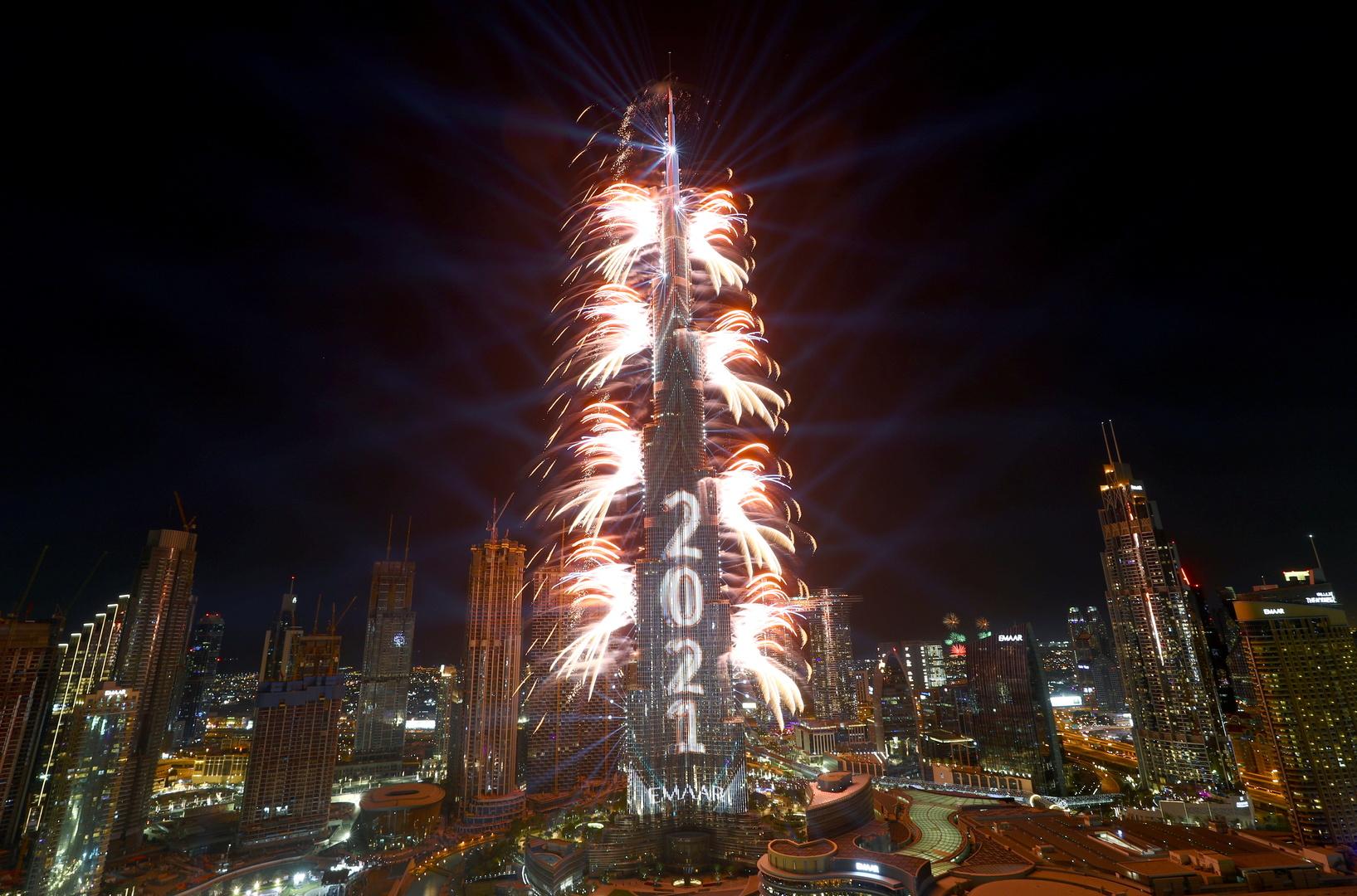 استقبلت دبي العام الجديد بالألعاب النارية في برج خليفة