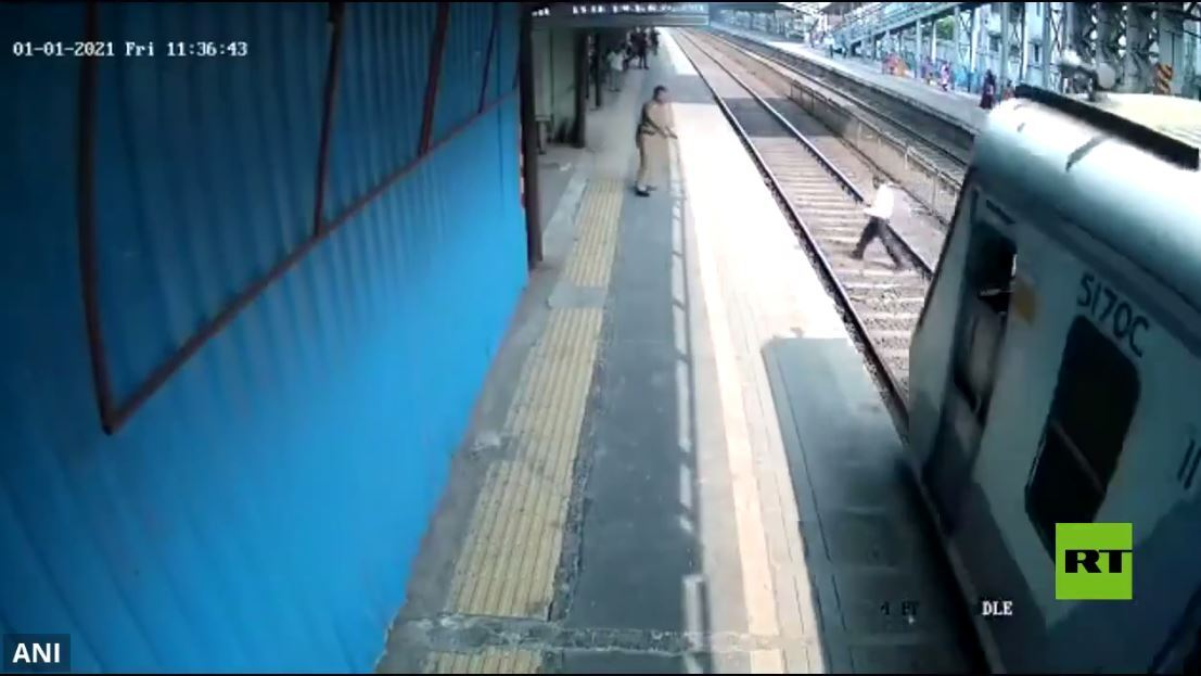 في اللحظة الأخيرة.. إنقاذ رجل من تحت عجلات قطار في الهند