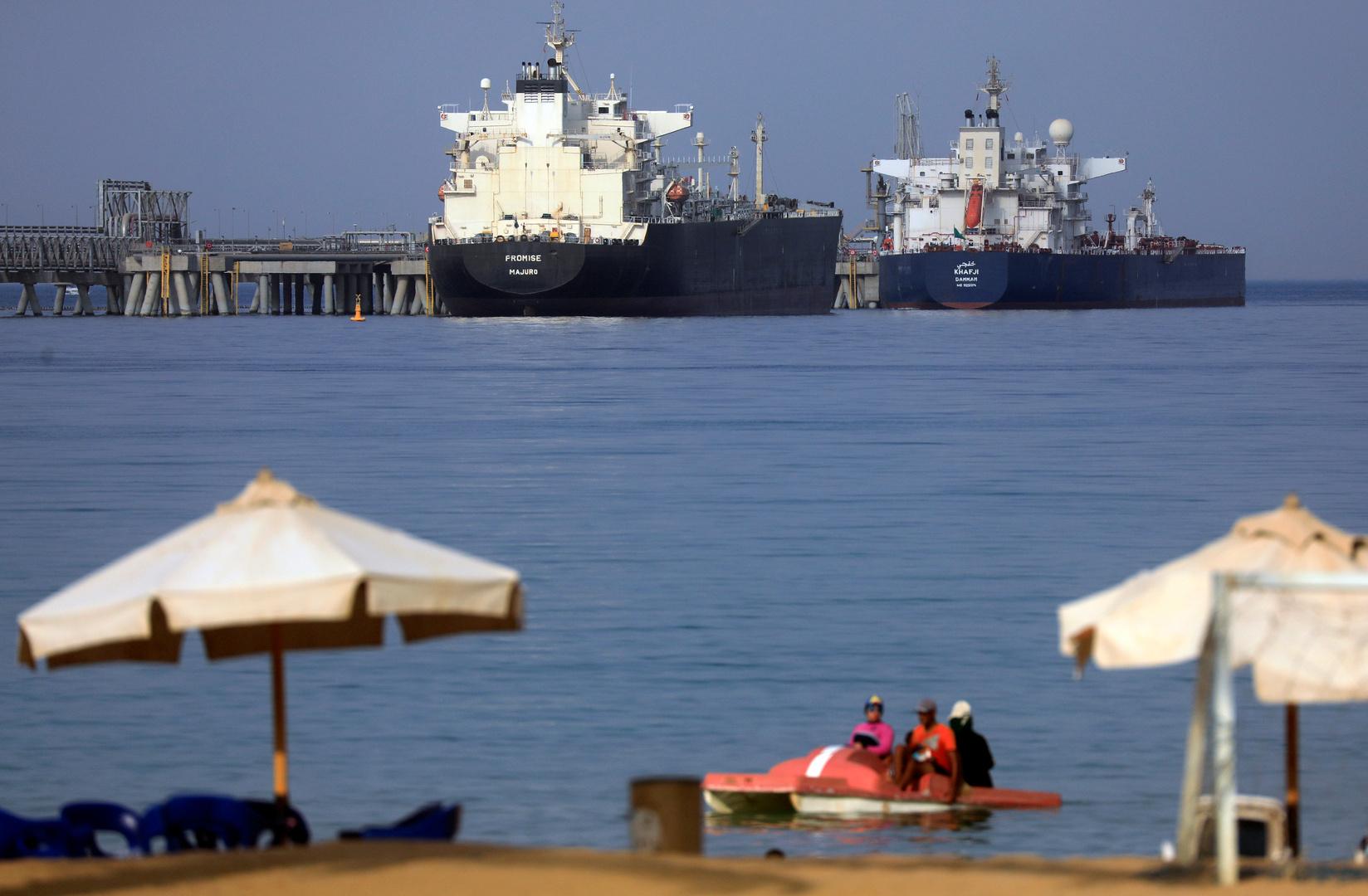 سفن  بالقرب من ميناء العين السخنة قبل دخول قناة السويس