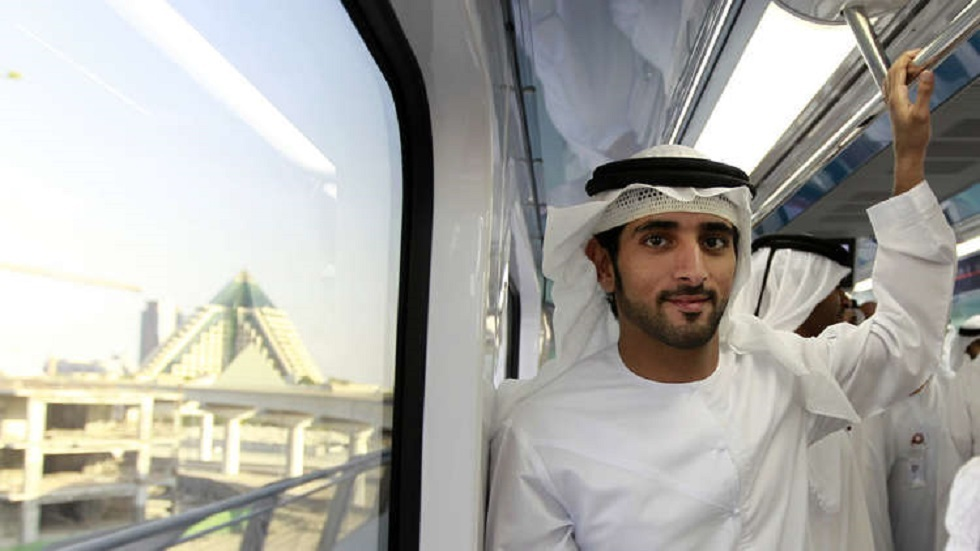 ولي عهد دبي يسابق النعام على دراجة (فيديو)
