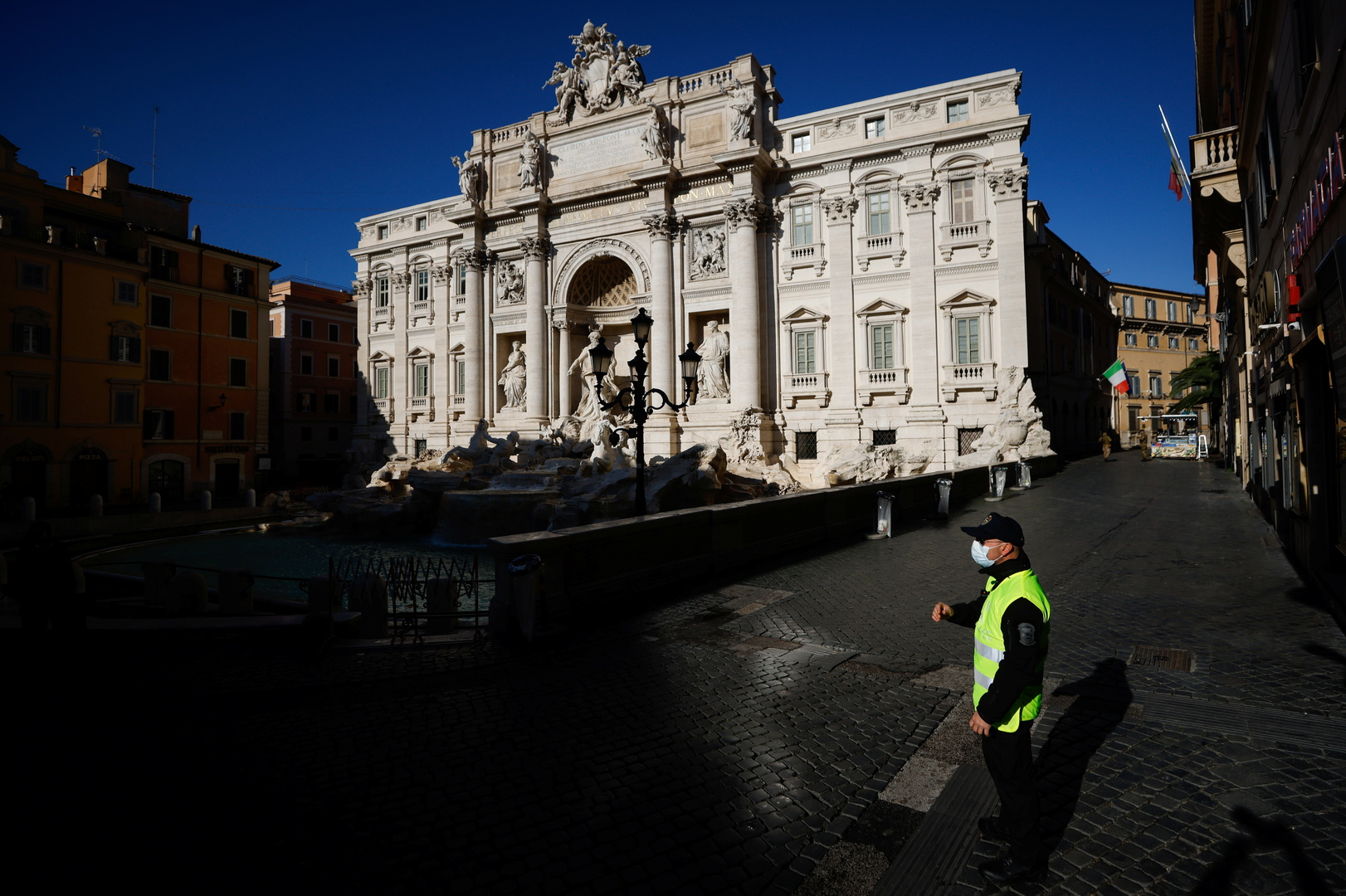 إيطاليا.. 348 وفاة وأكثر من 10 آلاف إصابة جديدة بكورونا