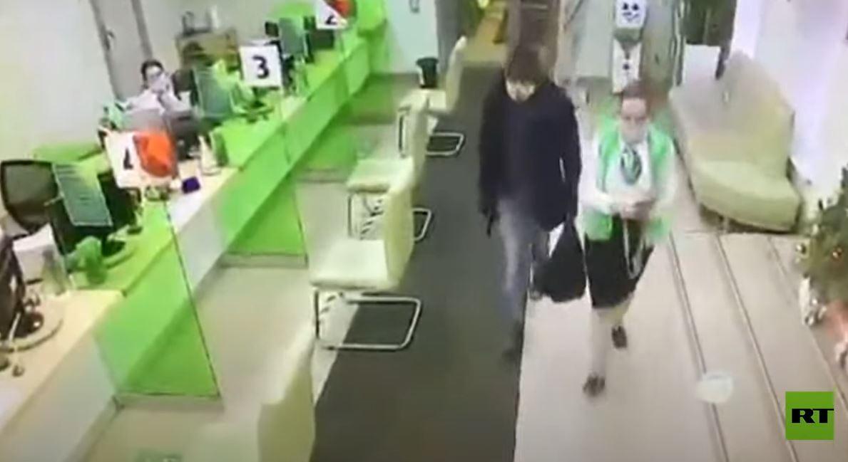 شاهد.. مسلح مقنع يسرق مصرفا في سان بطرسبورغ