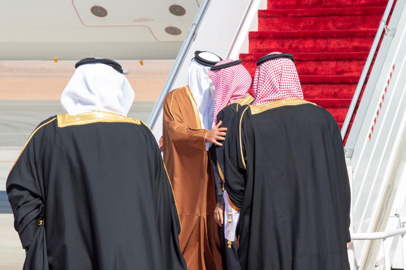 ولي العهد السعودي يصطحب أمير قطر بسيارته في جولة في محافظة العلا