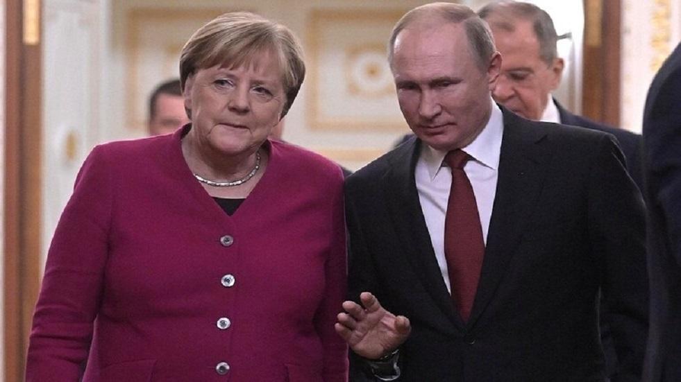 بوتين يناقش مع ميركل آفاق الإنتاج المشترك للقاحات