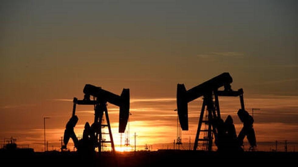 النفط يرتفع دولارا بفضل محادثات