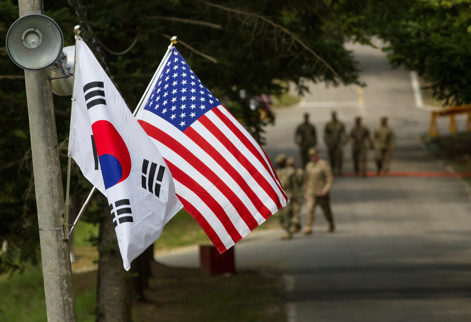 العلم الكوري الجنوبي والعلم الأمريكي