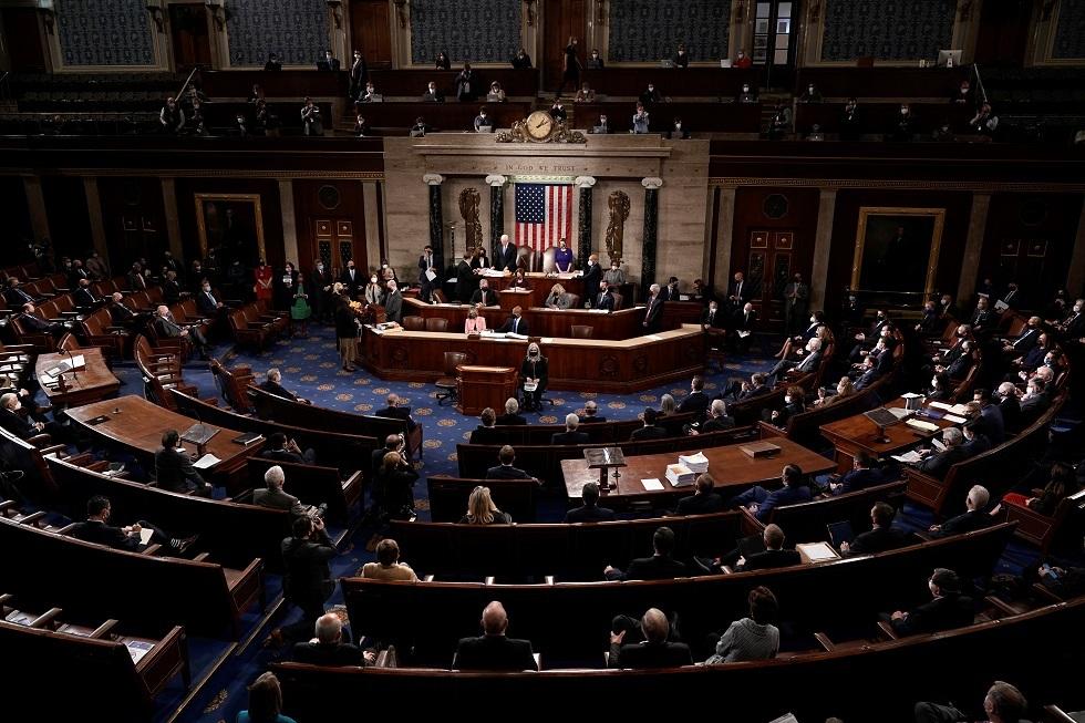 شاهد.. محتج يجلس على مقعد رئيس مجلس الشيوخ الأمريكي
