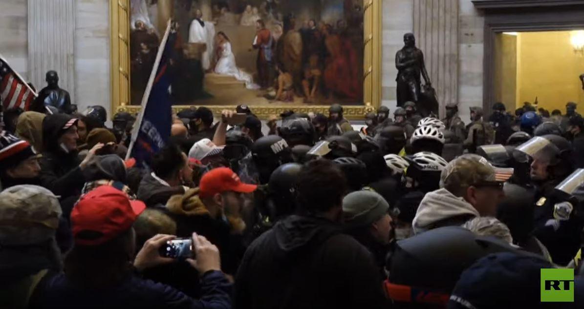 اشتباكات عنيفة بين أنصار ترامب وقوات الأمن داخل مبنى الكونغرس الأمريكي