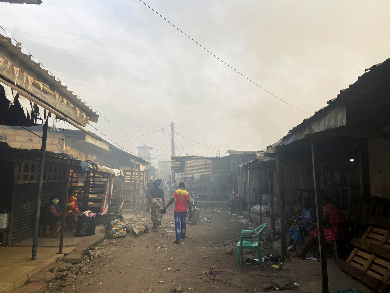 موقع حريق في سوق مدينة دوالا بالكاميرون.