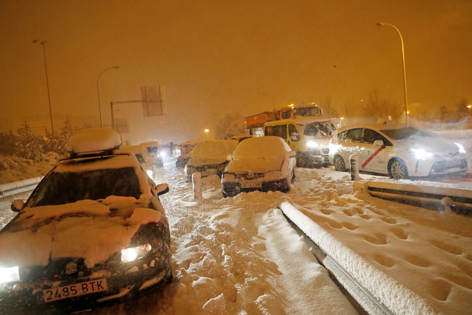 لأول مرة منذ 50 عاما.. الثلوج تتسبب بوقف حركة المرور والقطارات وإغلاق مطار مدريد
