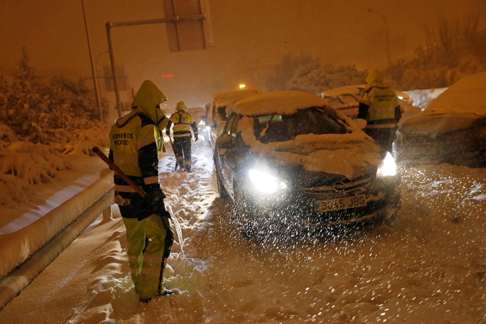 العاصفة الثلجية في إسبانيا تتسبب بمصرع شخصين واحتجاز العديد في سياراتهم