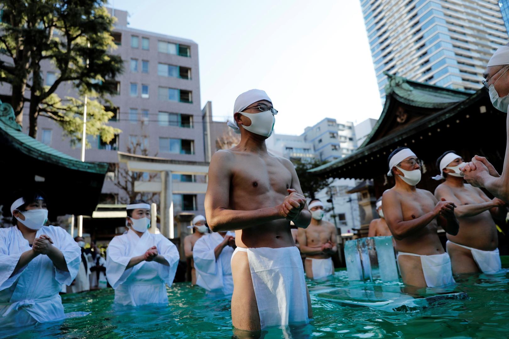 في طقس حمام الثلج السنوي بطوكيو.. صلاة خاصة من أجل نهاية كورونا
