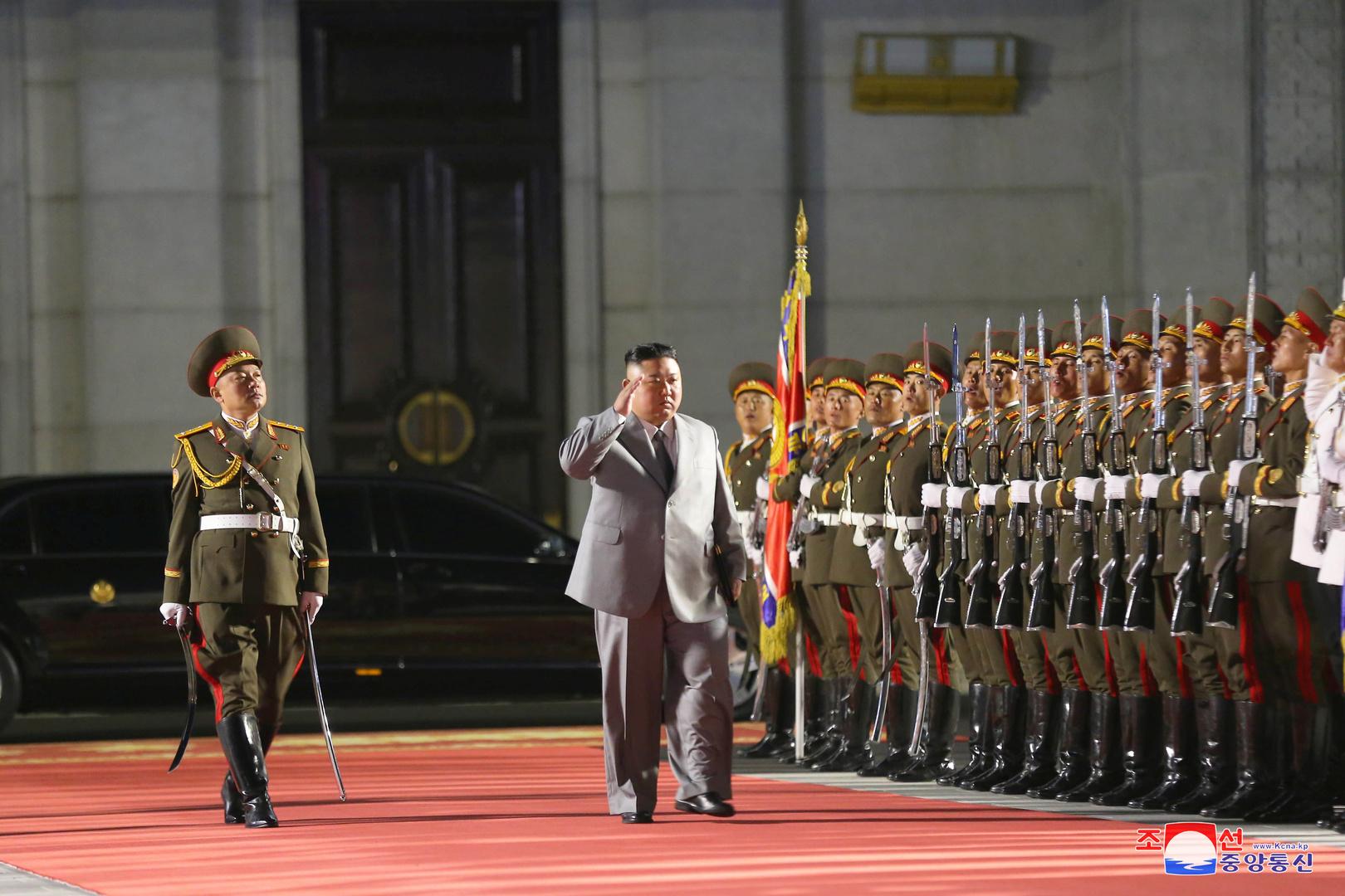 كوريا الشمالية تقوم باستعراض عسكري منتصف الليل!